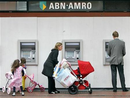 Customers use the ATM machines of the ABN-AMRO Bank in Amstelveen, May 29, 2007. Royal Bank of Scotland shareholders overwhelmingly approved the proposed 71 billion euro ($97.2 billion) takeover of ABN AMRO on Friday. REUTERS/Koen van Weel (NETHERLANDS)