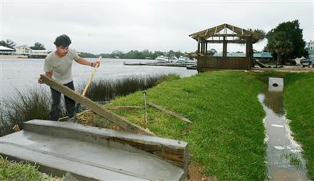 Mauro Alvarado works on a new development on the Steinhatchee River in the town of Steinhatchee, Florida June 13, 2006. With a bloated inventory of unsold homes and a growing number of homeowners forced by mortgage delinquencies to sell -- thanks to the subprime crisis and ensuing credit crunch -- Florida's once warm clime for property has turned stone-cold. REUTERS/Mark Wallheiser