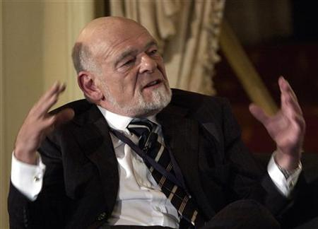 Chicago real estate tycoon Sam Zell speaks at the Wharton Economic Summit in New York, February 1, 2006. Zell remains committed to taking Tribune Co. private, a source close to the transaction said on Tuesday, as shares of the U.S. newspaper publisher and broadcaster fell because of concerns that the deal might not go through. REUTERS/Chip East