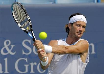Carlos Moya of Spain returns a shot to Juan Martin Del Potro of Argentina during their match in the 2007 Cincinnati Master tennis tournament in Cincinnati, Ohio, August 16, 2007. REUTERS/John Sommers II