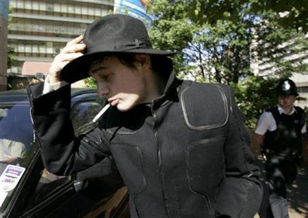 Pete Doherty at West London Magistrates Court, where he is due to be sentenced for drug charges and driving charges, London August 7, 2007. Doherty was arrested early on Monday on suspicion of drugs possession, a police source said. REUTERS/Luke MacGregor
