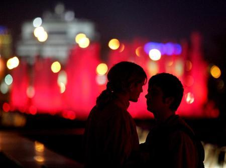 A young couple is seen in Moscow. Despite the laments of pining pop stars and sad sack poets, U.S. researchers now think breaking up may not be so hard to do. REUTERS/Sergei Karpukhin