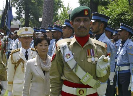 Japanese Defense Minister Yuriko Koike (2nd L) reviews the guard of honour during a welcome ceremony at the Pakistani Defense Ministry in Rawalpindi, near Islamabad, August 22, 2007. REUTERS/Mian Khursheed