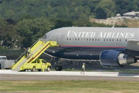 A United Airlines flight originating from London's Heathrow airport stands on the runway at Logan International Airport in Boston, Massachusetts, after being diverted while en route to Washington, D.C. August 16, 2006. UAL Corp <UAUA.O>, parent of United Airlines, on Thursday said it may seek third-party investors to expand its maintenance business into new markets and help cut costs. REUTERS/Jessica Rinaldi