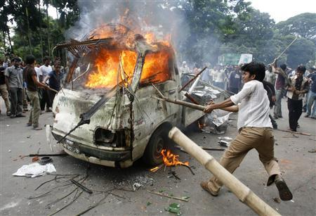 Angry students burn a vehicle during a clash at Dhaka University August 21, 2007. Angry students burned at least 50 vehicles including an army van during fresh violence with security forces at Bangladesh's Dhaka University on Tuesday, witnesses said. REUTERS/Rafiqur Rahman