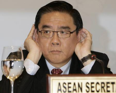 ASEAN Secretary-General Ong Keng Yong gestures to reporters during a news conference at the end of the Association of Southeast Asian Nations (ASEAN) Economic Ministers meeting at a hotel in Manila August 27, 2007. REUTERS/Cheryl Ravelo