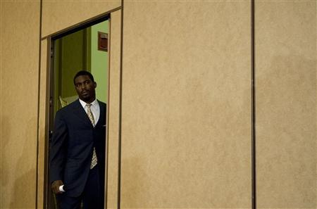 Atlanta Falcons quarterback Michael Vick arrives at a news conference after pleading guilty to charges of dogfighting in Richmond, Virginia August 27, 2007. Vick pleaded guilty and publicly apologized on Monday for his role in a dogfighting case that will land him in jail and already has prompted his suspension from the sport. REUTERS/Joshua Roberts