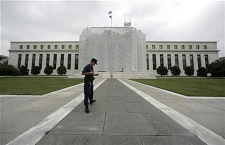 A guard makes his rounds outside the Federal Reserve in Washington August 20, 2007. The Federal Reserve acknowledged at its last regular meeting that a policy response might be necessary if financial market conditions worsened, minutes of its August 7 meeting, released on Tuesday, show. REUTERS/Kevin Lamarque