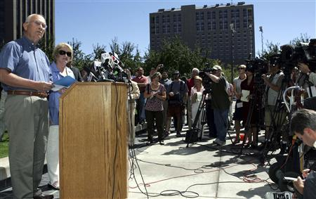 U.S. Senator Larry Craig (R-ID) and his wife Suzanne (R) face the media at a news conference, where he denied that he did anything improper before being arrested by police in a Minneapolis airport men's toilet in June, in Boise, Idaho, August 28, 2007. The Republican U.S. Senator said that he was not gay and had made a mistake in pleading guilty to disorderly conduct following his arrest. REUTERS/Brian Losness
