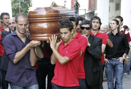 Sevilla's players, coach Juande Ramos (R, wearing sunglasses) and friends carry the coffin of Sevilla's midfielder Antonio Puerta at the club's Ramon Sanchez Pizjuan stadium in Seville August 29, 2007. REUTERS/Pool