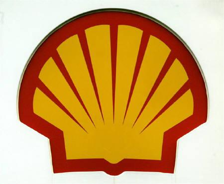 A Shell logo seen at a garage in Glasgow in this February 3, 2005 file photo. Global oil majors such as Exxon Mobil, Royal Dutch Shell and Chevron Corp are ready to pour billions of dollars into India's energy sector -- but only if the government stops meddling and allows private firms to sell gas at market prices. REUTERS/Jeff J Mitchell