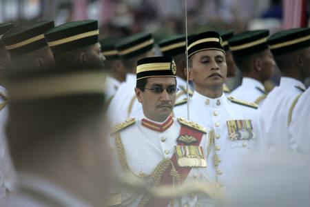 Malaysia's Sultan Mizan Zainal Abidin inspects an honour guard during the anniversary of independence day celebrations in Kuala Lumpur August 31, 2007. REUTERS/Bazuki Muhammad