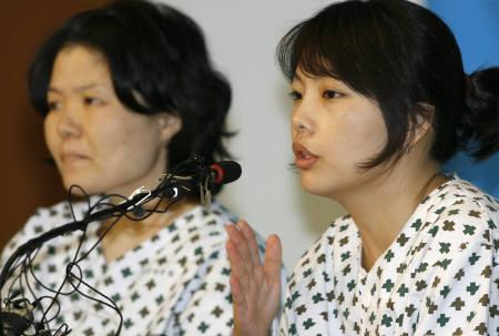 Kim Ji-na (R) and Kim Kyung-ja, who were among the 23 Koreans kidnapped and freed later by the Taliban in Afghanistan, speak at a news conference at the Sam Anyang Hospital in Anyang, southwest of Seoul September 4, 2007.  REUTERS/Lee Jae-Won