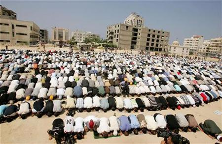 Palestinian Fatah supporters attend Friday prayers organized by the Fatah movement in Gaza, August 31, 2007. REUTERS/Mohammed Salem