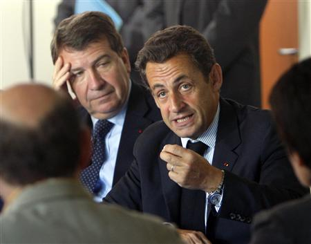 French President Nicolas Sarkozy (C) and Education Minister Xavier Darcos (L) attend a meeting with teachers at Michel Begon college during a visit for the first day of the new school year in Blois, central France, September 4, 2007. REUTERS/Philippe Wojazer