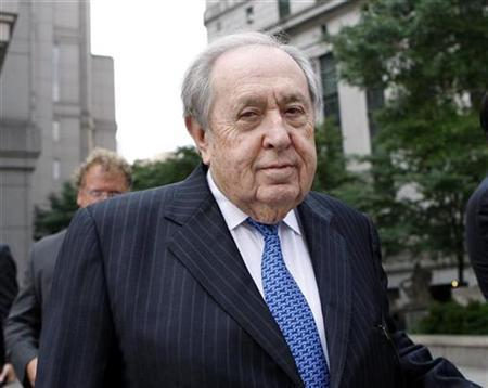 Texas oil tycoon Oscar Wyatt, former chairman and founder of Coastal Corp, departs from Federal Court in New York after a pre-trial hearing August 30, 2007. Wyatt has gone from crop-duster to World War II pilot to freelance hostage negotiator in a career that leaves people loving or disliking him, with few indifferent. REUTERS/Chip East