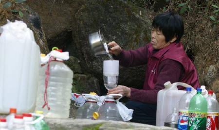 9月10日、中国の海南省で、ボトル入り飲料水の安全性に疑念を抱いた家族が中身をニワトリに飲ませたところ、そのニワトリが1分もたたずに死んでいたことが分かった。写真は2005年12月、広東省で撮影(2007年 ロイター/China Newsphoto)