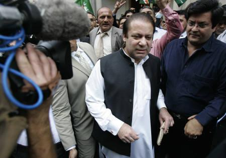 Former Prime Minister of Pakistan Nawaz Sharif leaves his home in London  to return to Pakistan September 9, 2007.  REUTERS/Luke Macgrego