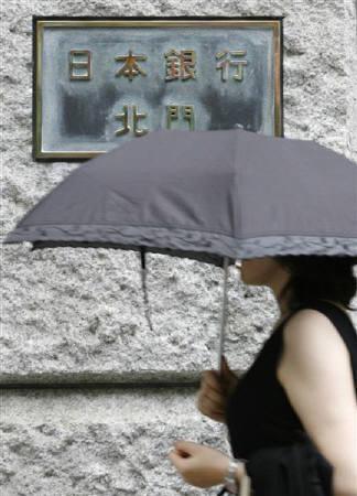 9月11日、日銀は「金融システムレポート」で、米国のサブプライム問題が日本の金融システムの安定性に大きな影響を及ぼすとはみられない、と指摘した。写真は8月、東京の日銀前(2007年 ロイター/Toru Hanai)