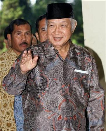 Former Indonesian President Suharto waves as he arrives at the national police headquarters in Jakarta in this June 2, 1999 file photo. Time magazine will fight an Indonesian Supreme Court libel ruling in favor of former President Suharto which ordered the U.S. weekly to pay more than $100 million in damages and print apologies, Time's lawyer said on Tuesday. REUTERS/Enny Nuraheni