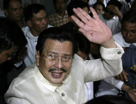 Former Philippine President Joseph Estrada waves as he leaves the Sandiganbayan anti-graft court in Quezon City, Metro Manila September 12, 2007. Estrada, hero of countless movies against injustice and corruption, was remarkably restrained on Wednesday when he was sentenced to life imprisonment for plunder. REUTERS/Darren Whiteside