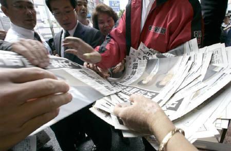 9月12日、安倍晋三首相、辞意を表明。都内では首相の辞意表明を伝える号外が配られた(2007年 ロイター/Yuriko Nakao)