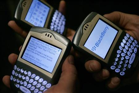 Blackberry devices are used in Los Angeles March 3, 2006. NTP Inc, which last year won a $612.5 million settlement from the maker of Blackberry, has sued four of the top U.S. mobile service providers for infringing eight patents related to wireless e-mail. REUTERS/Mario Anzuoni