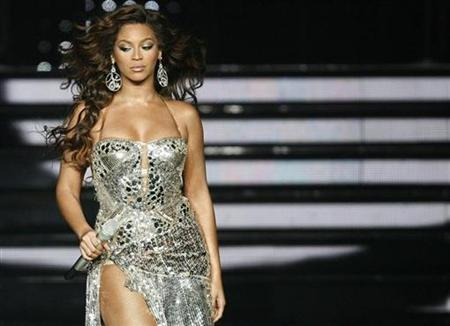 Beyonce performs during ''The Beyonce Experience!'' tour in Anaheim, California, September 1, 2007. Beyonce took top honours in a list of best-dressed celebrities of 2007, while bald Britney Spears won the booby prize for most shocking style moment after shaving her head. REUTERS/Mario Anzuoni