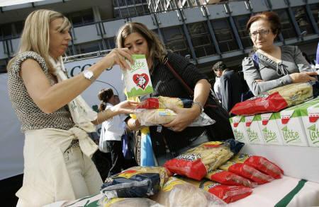 9月13日、イタリアで、今後パスタ価格の値上がりが見込まれることに反発し、多くの国民がパスタを買わないというボイコット運動に出た。写真は、ボイコットを呼びかけて無料パスタを配る消費者団体の女性ら。ローマで撮影(2007年 ロイター/Tony Gentile)