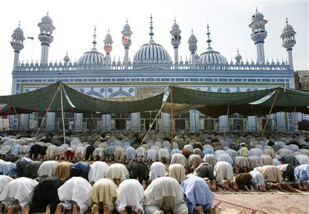 Muslims perform Friday prayers on the first day of the Muslim fasting month of Ramadan at a mosque in Rawalpindi September 14, 2007. A new French book is advising Muslims how to stay slim and fit during Ramadan, a difficult task for many believers although they fast from dawn to dusk for the whole of the holy month. REUTERS/Mian Khursheed