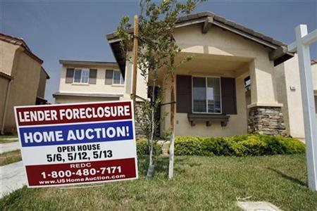 A foreclosure sign in front of a home in Perris, California May 2, 2007. Former Federal Reserve Chairman Alan Greenspan said on Monday the United States appears set to weather the bursting of a housing bubble without falling into recession. REUTERS/Mark Avery