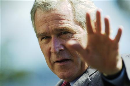 U.S. President George W. Bush waves to reporters as he returns from a weekend visit at Camp David to the White House in Washington, September 16, 2007. REUTERS/Jonathan Ernst