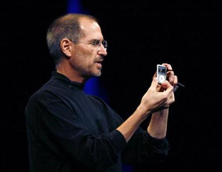 Apple CEO Steve Jobs introduces the Apple iPod Nano media player in San Francisco, California September 5, 2007. Jobs has been asked by U.S. securities regulators to give a deposition in a stock options backdating lawsuit against the company's former general counsel, Bloomberg reported on Thursday, citing two people familiar with the matter. REUTERS/Robert Galbraith