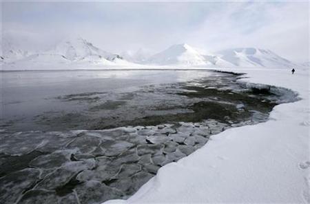 Ice breaks away from a frozen coastline near the Norwegian Arctic town of Longyearbyen April 23, 2007. REUTERS/Francois Lenoir