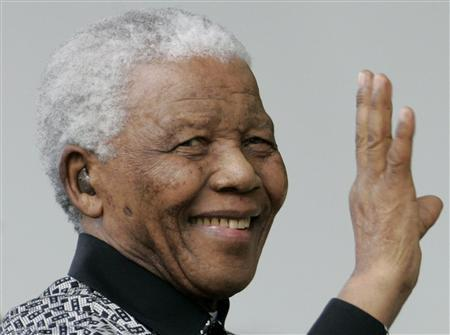 South Africa's former President Nelson Mandela waves as he arrives to attend the unveiling ceremony of a statue in his honour in London's Parliament Square, August 29, 2007. REUTERS/Alessia Pierdomenico