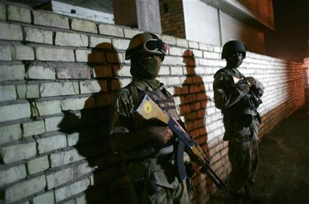 Iraqi soldiers take positions during a night patrol in the Zafraniya neighbourhood of Baghdad September 21, 2007. The United States will press Iraq's neighbors and world powers on Saturday to implement U.N. pledges to do more in Iraq at a high-level meeting called by U.N. Secretary General Ban Ki-Moon. REUTERS/Carlos Barria