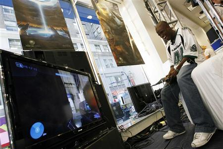 Fan Darnell Jefferson plays a copy of the Xbox 360 video game ''Halo 3'' prior to it going on sale in New York September 24, 2007. Microsoft is offering to replace damaged discs of its just-launched ''Halo 3'' game for the Xbox amid reports that special limited-edition packaging is scratching them. REUTERS/Keith Bedford