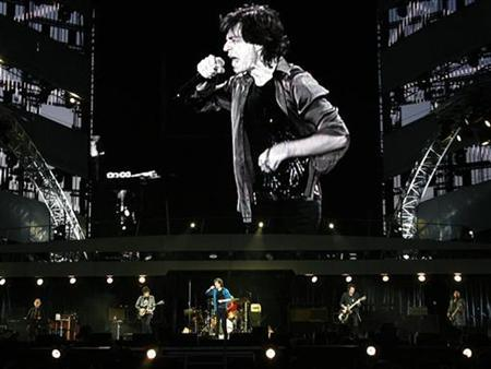 Rolling Stones lead singer Mick Jagger (C) performs during the band's ''A Bigger Bang'' European tour stop in Lausanne August 11, 2007. REUTERS/Denis Balibouse