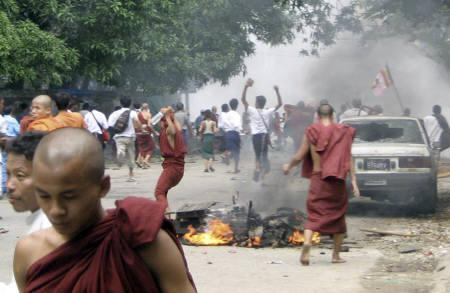 Buddhist monks and civilians protest in the streets of Yangon September 26, 2007. A ''window of information'' is closing in Myanmar as the military junta battles networks of disaffected citizens by restricting mobile phones and Internet access, a leading dissident journalist said on Thursday. REUTERS/Stringer