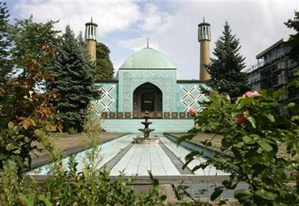 Exterior view of the Imam Ali Mosque in Hamburg August 22, 2006. Bavaria's conservative leader Edmund Stoiber won thunderous applause in his farewell speech on Friday for saying mosques were getting too big. REUTERS/Christian Charisius