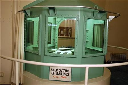 The death chamber at California's San Quentin State Prison, 18 miles (29 km) north of San Francisco, California is shown in this undated file photograph. Executions in the United States will most likely be put on hold as the U.S. Supreme Court reviews a challenge to lethal injections, but that will not bring a quick end to the death penalty, experts said on Friday. REUTERS/California Department of Corrections/Handout