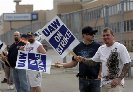 United Auto Workers (UAW) union members picket outside the General Motors Flint Assembly Plant in Flint, Michigan September 25, 2007. General Motors Corp would be able to buy out as many as 24,000 UAW workers and replace them with lower-paid hires under a tentative contract agreement, the Wall Street Journal reported on its Web site on Friday. REUTERS/Rebecca Cook