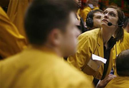 Clerks in the Euro Dollar pit at the Chicago Mercantile Exchange, January 31, 2007. The dollar rose on Tuesday from record lows hit during the prior session as investors trimmed overstretched bets against the U.S. currency ahead of key economic data later this week. REUTERS/John Gress