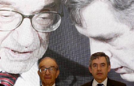 10月3日、グリーンスパン前米FRB議長(左)は3日、サブプライムローン問題で米経済がリセッション(景気後退)に陥る確率は、3分の1から2分の1、との見方を示した。写真は1日、ロンドンで撮影。右はブラウン英首相(2007年 ロイター/Kieran Doherty)
