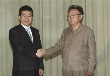 North Korea's leader Kim Jong-il (R) and South Korea's President Roh Moo-hyun pose after they exchanged the joint statement in Pyongyang October 4, 2007. REUTERS/Korea Pool
