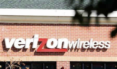 The sign for the Verizon Wireless store is seen in Lakewood, Colorado September 11, 2007. Verizon Wireless unveiled three new cell phones on Wednesday for the holiday season, including a high-end handset named Voyager that will compete with Apple Inc's iPhone.REUTERS/Rick Wilking