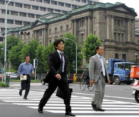 10月9日、社団法人・経済企画協会が発表した10月ESPフォーキャスト調査によると、民間エコノミスト30人のうち日銀による次回の利上げ時期について、07年12月と08年2月の予想がそれぞれ10人と最も多かった。写真は昨年7月に日銀前で撮影(2007年 ロイター/Toru Hanai)