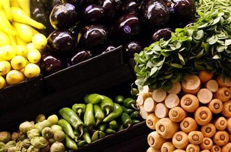 Vegetables are displayed in a supermarket in Santa Monica, California October 3, 2007. A low-fat diet may protect women from ovarian cancer, U.S. researchers said on Tuesday. REUTERS/Lucy Nicholson