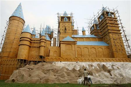 Artists apply finishing touches on a marquee in the shape of Hogwarts castle from the Harry Potter series, in Kolkata October 11, 2007. REUTERS/Jayanta Shaw