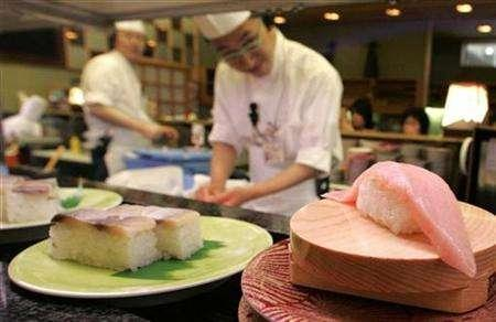 Tuna sushi rotates on a conveyor belt at a sushi bar in Kushiro in the eastern part of Hokkaido, Japan, February 10, 2007. Overweight local government officials in Japan have slimmed down with a three-month ''samurai'' diet, soldiering on despite a fellow samurai's death. REUTERS/Yuriko Nakao